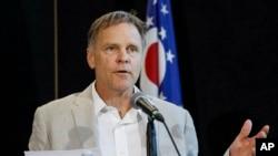 Fred Warmbier, ayah Otto Warmbier, mahasiswa University of Virginia yang ditahan di Korea Utara pada Maret 2016, berbicara kepada media, pada 15 Juni 2017, di Wyoming High School, Cincinnati.