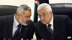 محمود عباس رهبر جنبش فتح در سمت راست و خالد مشعل رهبر حماس در سمت چپ