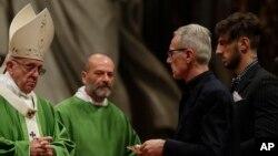 Папа римский Франциск (слева) отслужил специальную мессу в соборе Святого Петра в Ватикане. 6 ноября 2016 г.