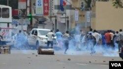 Des manifestants dispersés à coup de gaz lacrymogène par la police au cours d'une manifestation contre un 3e mandat du président Pierre Nkurunziza, vendredi 17 avril 2015.