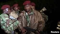 23일 케냐 수도 나이로비의 쇼핑몰에서 테러범들이 인질을 붙잡고 사흘째 군경과 대치 중인 가운데, 쇼핑몰 주변에 무장한 군인들이 배치됐다. 23일 테러가 발생한 케냐의 수도 나이로비 대형 쇼핑몰 부근에서 케냐 군인들이 소총을 들고 있다.