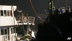 有關人員正在查看香港撞船意外後曾沉沒船隻的損毀情況