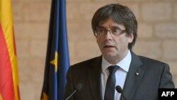 카를레스 푸지데몬 카탈루냐 자치정부 수반이 26일 바르셀로나의 자치정부 청사에서 담화문을 발표하고 있다.