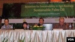 Pembicara pada diskusi mengenai kelapa sawit Indonesia, dari kiri: Mahendra Siregar (Wamenkeu), Shinta Kamdani (pengurus Kadin Indonesia bidang lingkungan hidup), Dr.Erfansjah (moderator dari WWF Indonesia), dan Julian Wilson (Dubes Uni Eropa untuk Indone