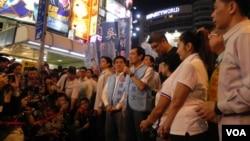 國民黨主席馬英九(手持麥克風)親自上街,為本党臺北市長候選人連勝文(馬英九身後穿黑衣者)拉票(美國之音許波拍攝)