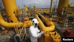 Kilas gas alam di Bojonegara, Banten. Menurut Kadin, pemerintah tahun ini harus memprioritaskan investasi sektor migas.