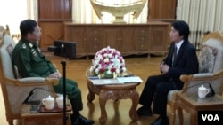 Genaral Min Aung Hlaing (L) speaks to VOA Burmese Service Chief Than Lwin Htun in an exclusive interview in Naypyitaw, Myanmar, Nov. 22, 2014.
