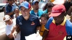 Las noticias no son muy buenas para el candidato opositor Henrique Capriles (centro) que ha visto ampliada la brecha entre él y el presidente Hugo Chávez, a favor de este último.