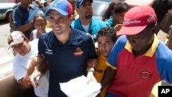 El estilo de contacto personal de Henrique Capriles, yendo casa por casa a conversar con los votantes, estaría dándole frutos.