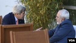 ລັດຖະມົນຕີ ຕ່າງປະເທດ ສະຫະລັດ ທ່ານ John Kerry (ຊ້າຍ) ແລະ ລັດຖະມົນຕີຕ່າງປະເທດອີຣ່ານ ທ່ານ Mohammad Javad Zarif (ຂວາ)