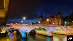 ຂົວຂ້າມແມ່ນໍ້າ Seine ໃນກຸງ Paris ປະເທດຝະລັ່ງ