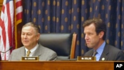 共和党联邦众议员罗拉巴克(Rep. Dana Rhrabacher)(左)、民主党联邦众议员卡纳汉(Rep. Russ Carnahan)(右)在听证会上