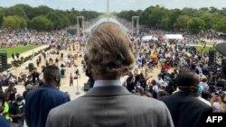 """Aktivis hak-hak sipil Pendeta Al Sharpton (membelakangi kamera) saat tiba di monumen Lincoln Memorial di Washington, D.C pada peringatan HUT ke-57 pidato """"I Have a Dream"""" oleh Dr. Martin Luther King, Jr."""