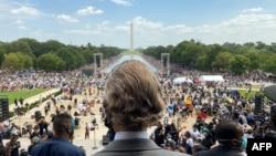 Pastori Al Sharpton (në qendër) mbërrin tek Memoriali i Linkolnit