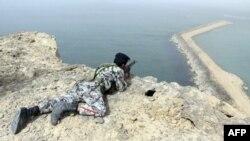 Iranski vojnik nadgleda Ormuski moreuz