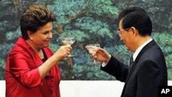 딜마 로제프 브라질 대통령과 경제협력을 다짐하는 후진타오 국가주석