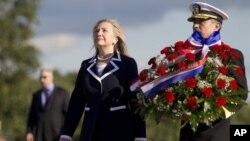 Хиллари Клинтон у Монумента героическим защитникам Ленинграда.