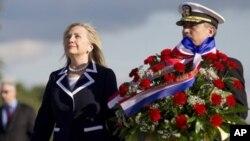 La secretaria de Estado de Estados Unidos, Hillary Clinton, participa en una ceremonia ante el monumento de los Heróicos Defensores de Leningrado, en San Petersburgo.
