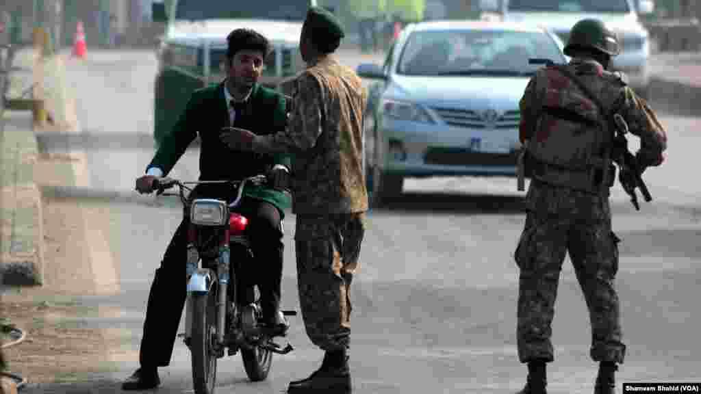 Mayakan Taliban sun kai hari kan wata Makaranta, Pakistan, Disamba 16, 2014. (VOA)