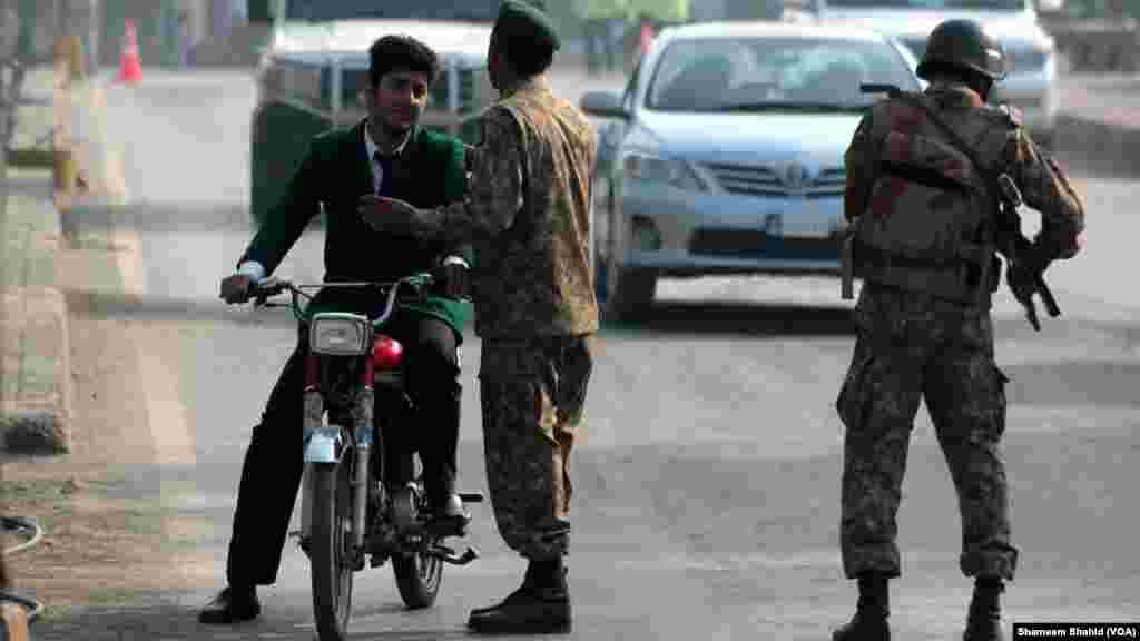 El proscrito grupo Tehreek e Taliban Pakistan ha reclamado la responsabilidad por el ataque. (VOA)