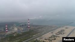 Hình ảnh nhà máy thép Formos ở Hà Tĩnh. Công ty này đã thừa nhận xả thải độc ra biển và đồng ý đền bù 500 triệu đô la cho nạn nhân của thảm họa môi trường biển này.
