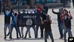 Para demonstran Muslim Kashmir memegang bendera ISIS saat melakukan protes anti-India di Srinagar, daerah Kashmir yang dikuasai India, April 2016. (AP/Dar Yasin)