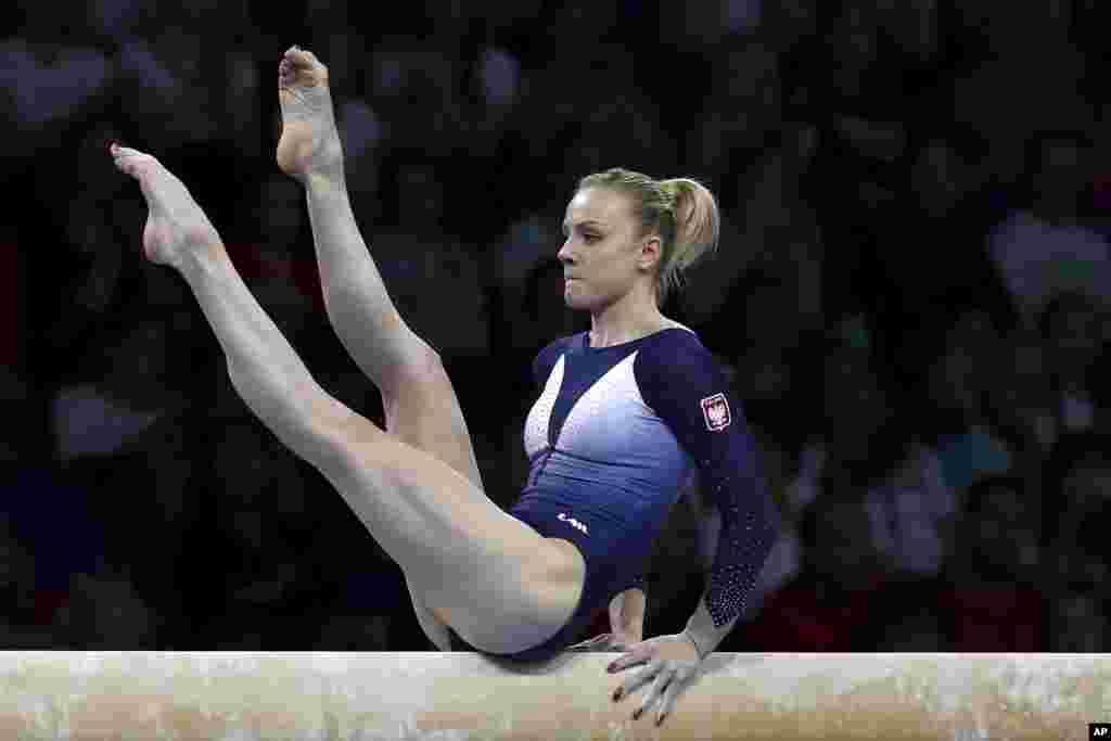 گابریلا یانیک ورزشکار لهستانی ۲۵ ساله در مسابقات ژیمناستیک قهرمانی جهان در شهر اشتوتگارت آلمان.