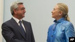 Menlu AS Hillary Clinton (kanan) melakukan pertemuan dengan Presiden Armenia Serzh Sarkisyan di Yerevan, Senin (4/6).