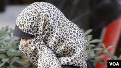 Seorang perempuan muslim berjalan dengan mengenakan cadar yang menutup wajah di kota Milan, Italia (foto: dok.).