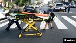 2019年8月14日医务人员在费城发生一起枪击事件现场营救。