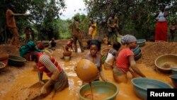 Des chercheurs d'or ont ouvert mine près d'une ferme de cacao non loin de la ville de Bouafle dans l'ouest de Côte-d'Ivoire, 18 mars 2014.