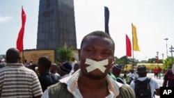 Expressão de opinião durante a manifestação de Luanda pela liberdade e demcoracia (2 de Abril de 2011)