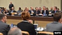1일 벨기에 브뤼셀에서 나토 외교장관회의가 열린 가운데, 옌스 슈톨텐베르크 나토 사무총장(오른쪽 두번째)이 발언하고 있다.