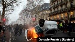 Перекинутий демонстрантами автомобіль горить у центрі Парижа 5 січня 2019 р.