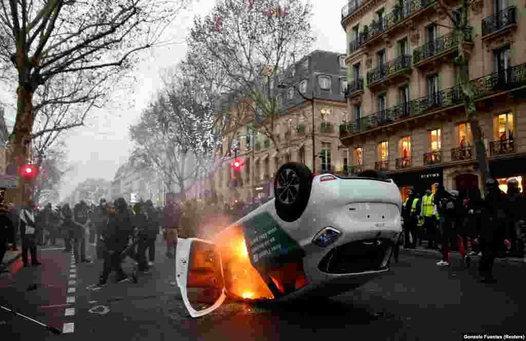 جلیقه زرد ها یک خودروی پلیس را واژگون کرده و آتش زده اند. اعتراض آنها در هفته های گذشته بارها به خشونت کشیده شد.