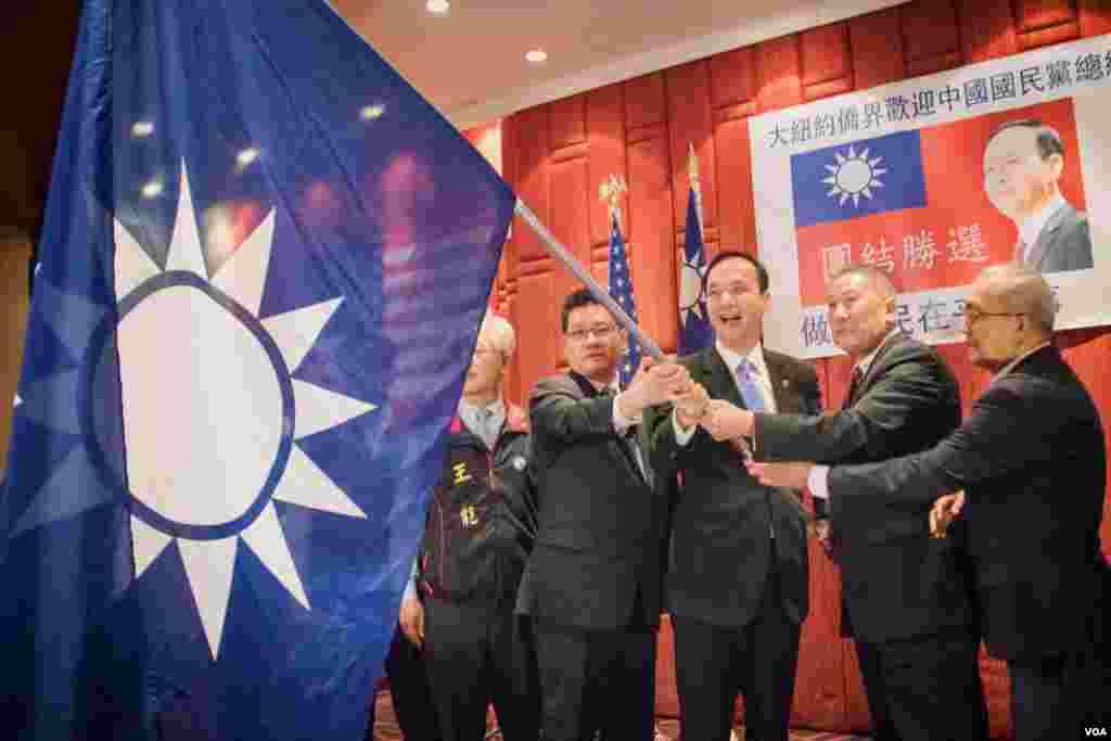 朱立伦向后援会授国民党党旗