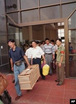 中国游客离开越南边境城镇(1998年)