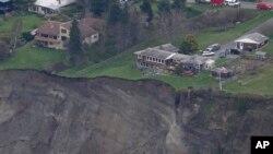 Nhiều ngôi nhà nằm sát bờ vực sau trận lở đất ở đảo Whidbey, bang Washington, ngày 27/3/2013.
