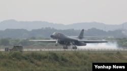 21일 괌에서 발진한 미 공군 장거리 전략폭격기 B-1B 2대가 군사분계선 주변을 비행한 후, 1대는 21일 주한미군 오산공군기지에 착륙하고 있다. B-1B가 한국에 착륙하는 것은 이번이 처음이다.