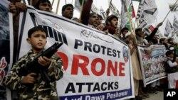 지난 10일 파키스탄 페샤와르 지역에서, 미 무인기 공격에 반대하는 시위가 벌어지고 있다.