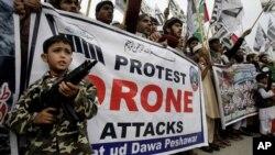 Biểu tình phản đối các vụ không kích bằng máy bay không người lái của Mỹ tại Peshawar, ngày 10/11/2013.