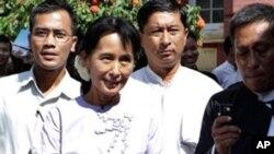 លោកស្រី Aung San Suu Kyi ដើរចេញពីតុលាការកំពូលភូមាជាមួយសមាជិកនៃគណបក្សសម្ព័ន្ធជាតិសម្រាប់ប្រជាធិបតេយ្យនៅទីក្រុង Rangoon កាលពីថ្ងៃទី១៦ខែវិច្ឆិកាឆ្នាំ២០១០។