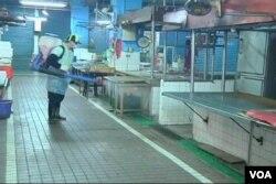 台灣衛生和防疫部門星期一開始對新北市的家禽市場進行消毒處理。(視頻截圖)