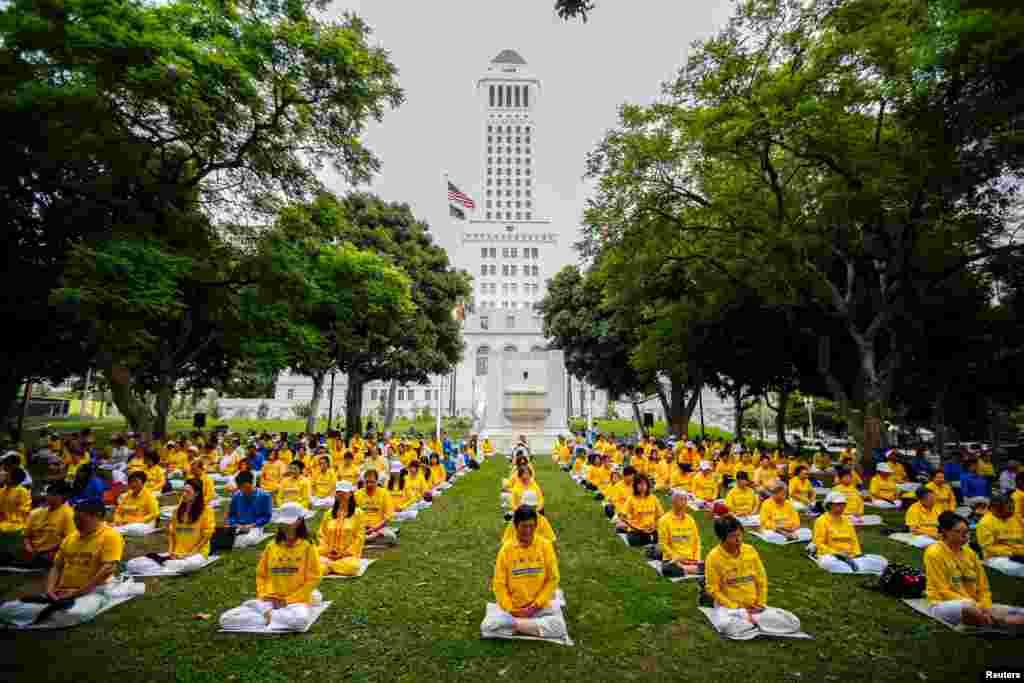 ប្រជាជនធ្វើការសមាធិបែប Falun Dafa ឬ Falun Gong នៅមុនពេលធ្វើការតវ៉ាប្រឆាំងនឹងរដ្ឋាភិបាលចិននៅខាងក្រៅសាលាក្រុងក្នុងក្រុង Los Angeles រដ្ឋ California។