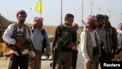 Warga Yazidi bergabung dengan pasukan Kurdi-Irak untuk mengamankan Gunung Sinjar di Irak utara (13/8).