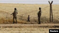 Dua tentara Turki menjaga di provinsi Sanliurfa, di perbatasan Suriah (foto: ilustrasi). Serangan bom mobil yang menyasar perumahan pemerintah di provinsi Sanliurfa, Turki tenggara hari Jumat (17/2).