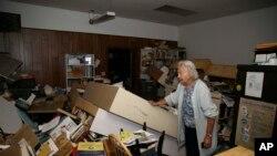 California'da depremin yol açtığı hasarı inceleyen bir dükkan sahibi