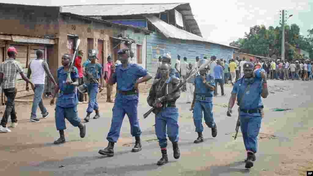 La police anti-émeute burundaise, armée des fusils à gaz lacrymogène, patrouille dans la capitale Bujumbura, Burundi, lundi 27 avril 2015.