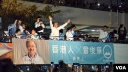 香港特首選舉候選人曾俊華向支持者揮手 (美國之音湯惠芸拍攝)