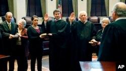 Jueces del Tribunal Supremo de Mississippi, prestando su juramento al país martes 3 de enero de 2017.